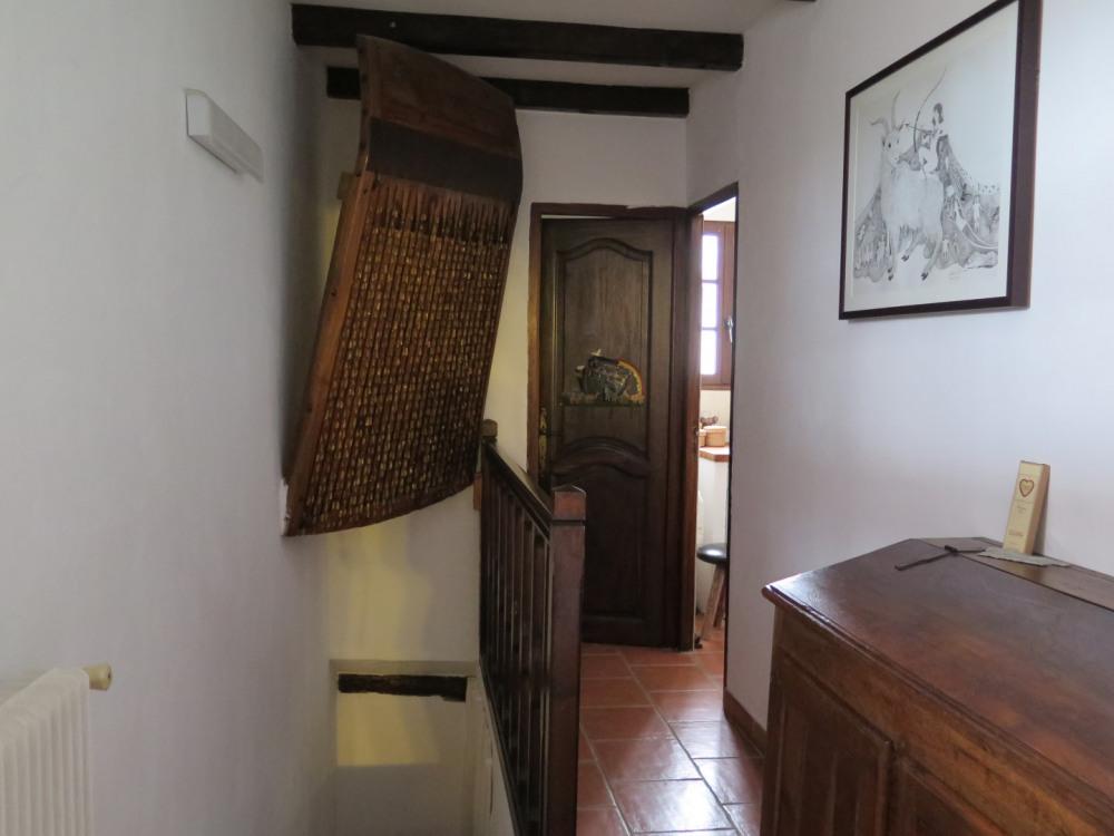 Couloir accès salle de bains et WC + escalier accès pièces du bas