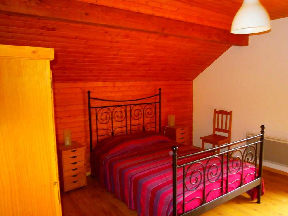 chambre N°2 : lit double et 1 lit bébé à l'étage