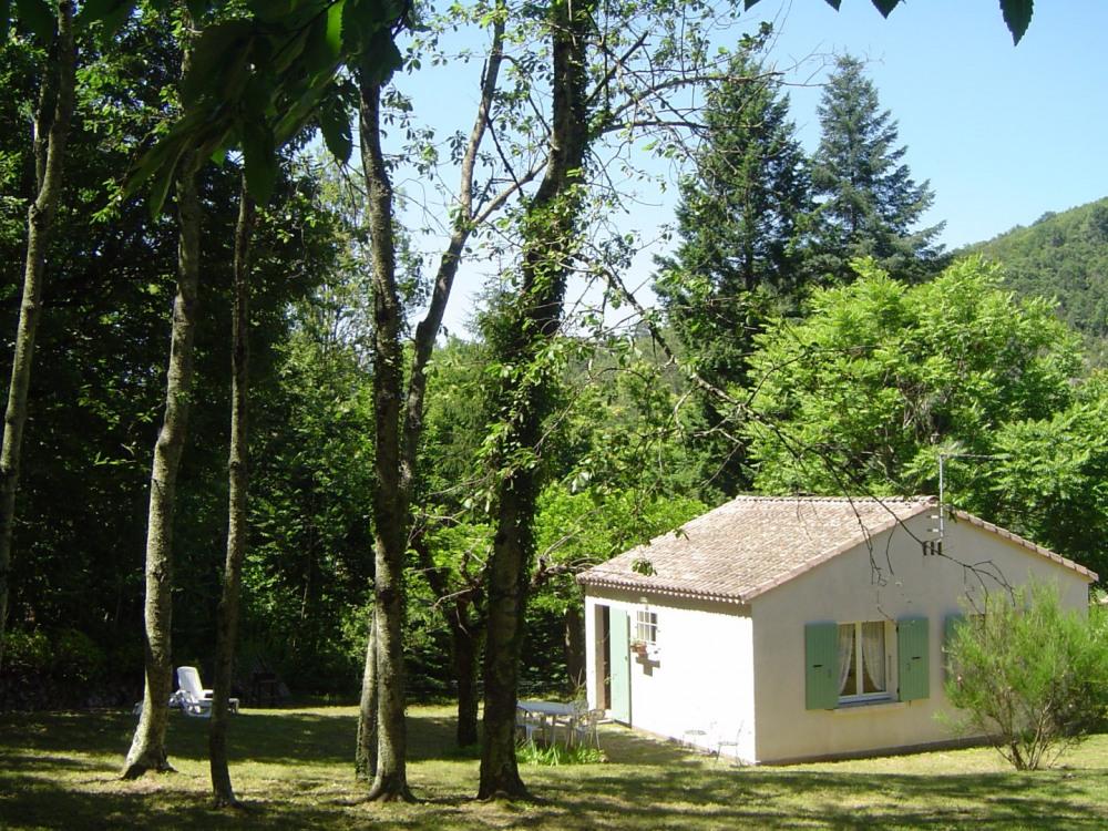 Maison individuelle, au calme, sur terrain clos et ombragé environ 900 m2, proximité rivières