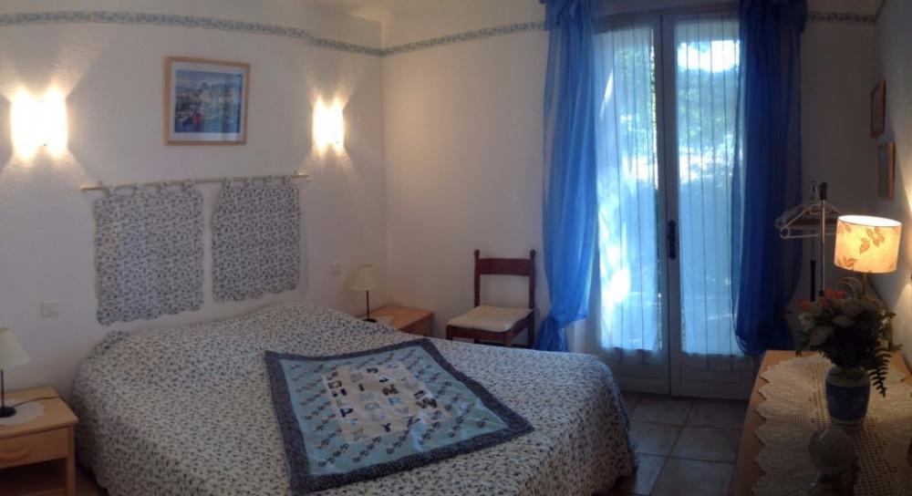 Chambre bleue lit 1,60 et petite terrasse