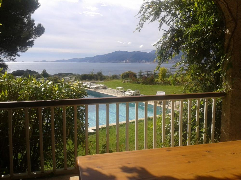 Voici la vue de la terrasse du laurier