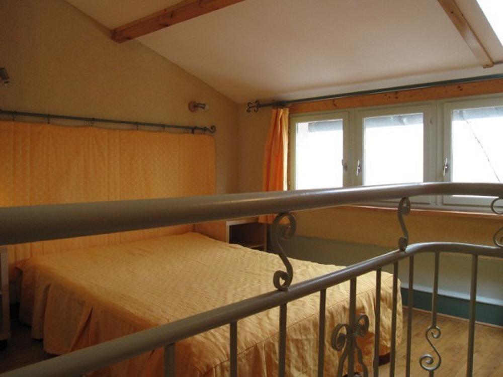 Appartement deuxième étage avec terrasse. Pied bastide de Cordes sur Ciel.