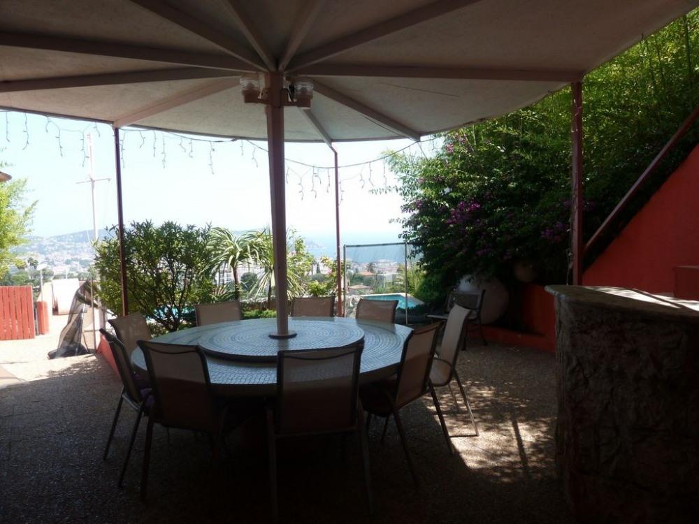 table extérieure, couverte, plateau tournant, television escamotable.