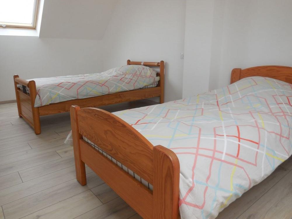 Chambre à l'étage avec 2 lits de 90 et armoire