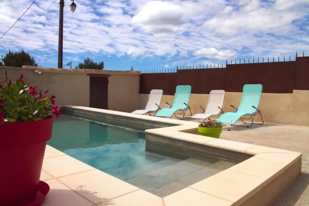 Piscine et bain de soleil pour vos moments de détente et de repos