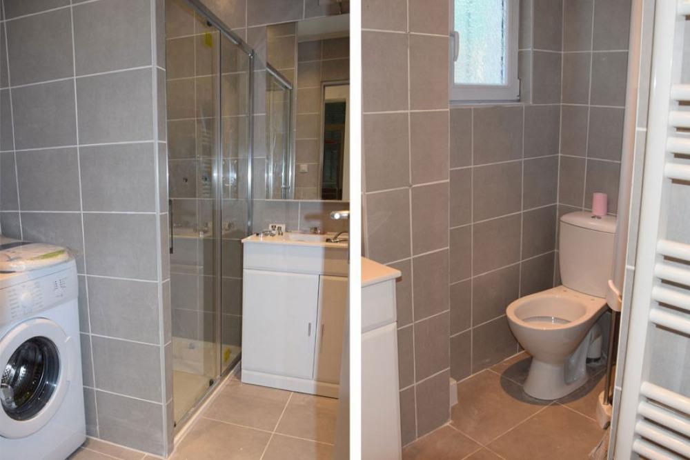 La salle d'eau avec son coin toilettes