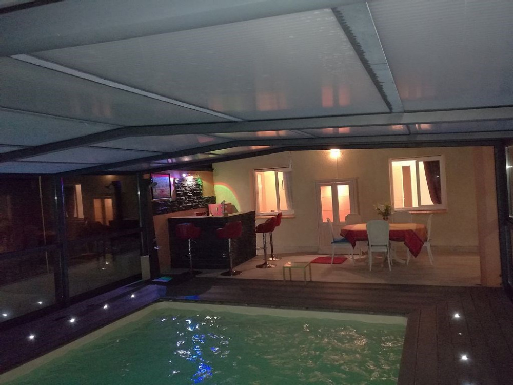 Villa avec abris de piscine adossé à la villa