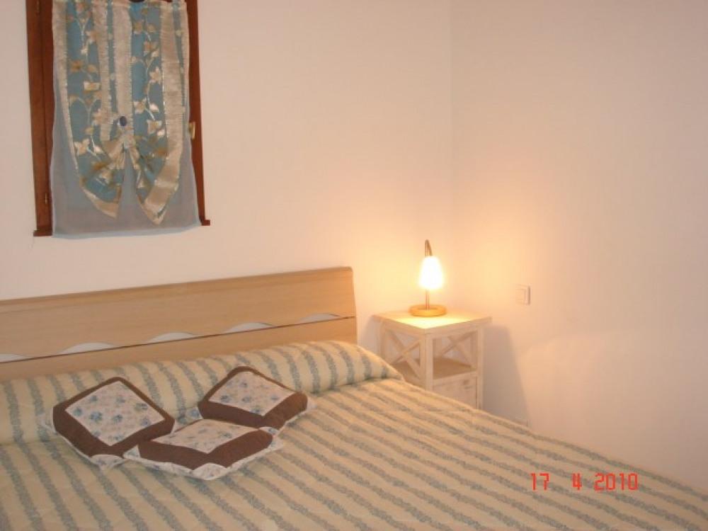 La chambre avec porte fenêtre donnant sur la terrasse