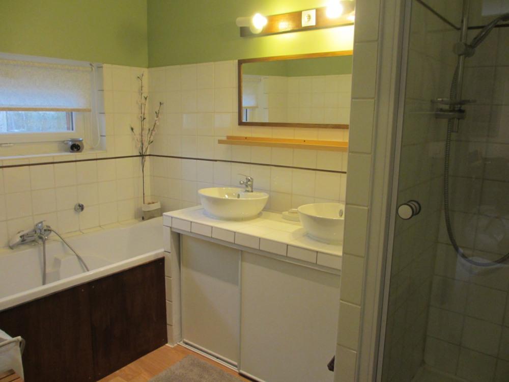 salle de bain, baignoire et douche