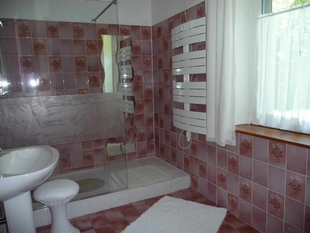 Salle de bain avec un open-space et un sèche serviette chauffant