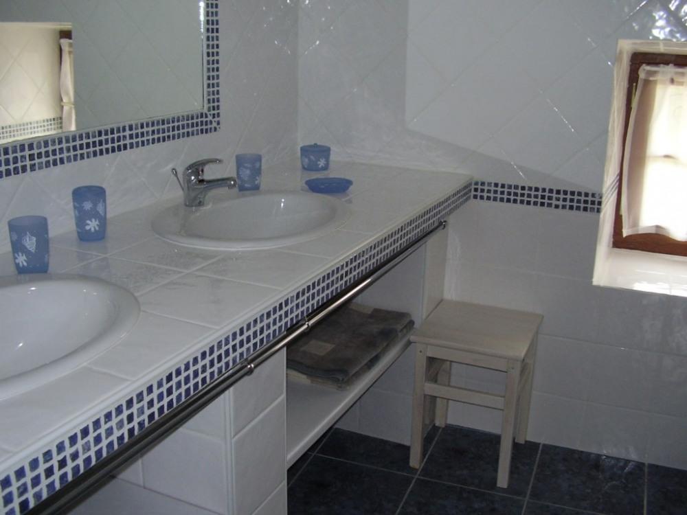 Salle d'eau avec 2 vasques et douche à l'italienne