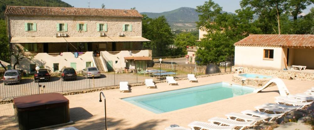 """Gîtes """"La maison de chassezac"""" pour 4 à 35 personnes avec piscine et cadre agréable - Les Assions"""