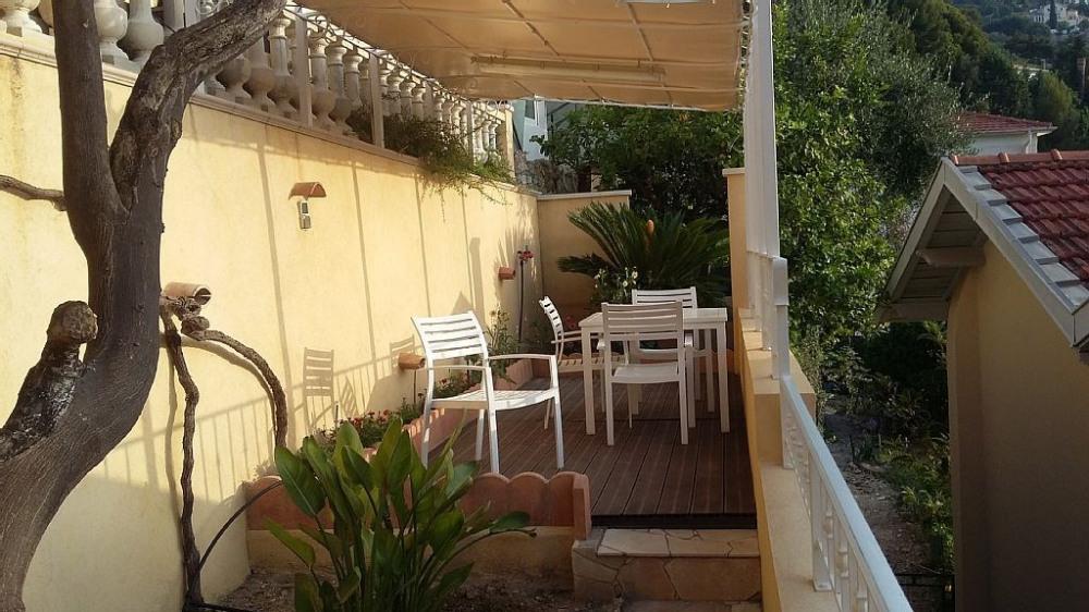 Terrasse dans le jardin face à l'appartement