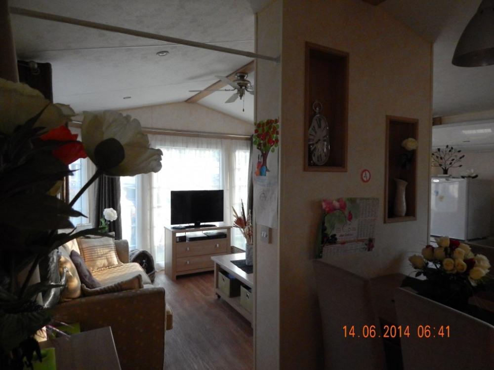 le salon est séparé du séjour par une cloison cheminée d'ambiance