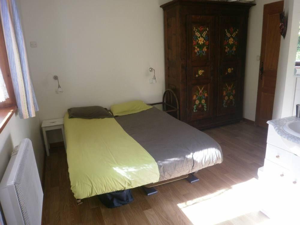 la chambre avec douche, armoire peinte, et possibilité d'ajouter un lit de bé...