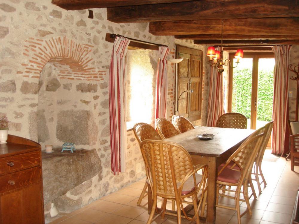 Le coin repas de la salle de séjour Gite rural le Vieux Domaine Haute-Vienne