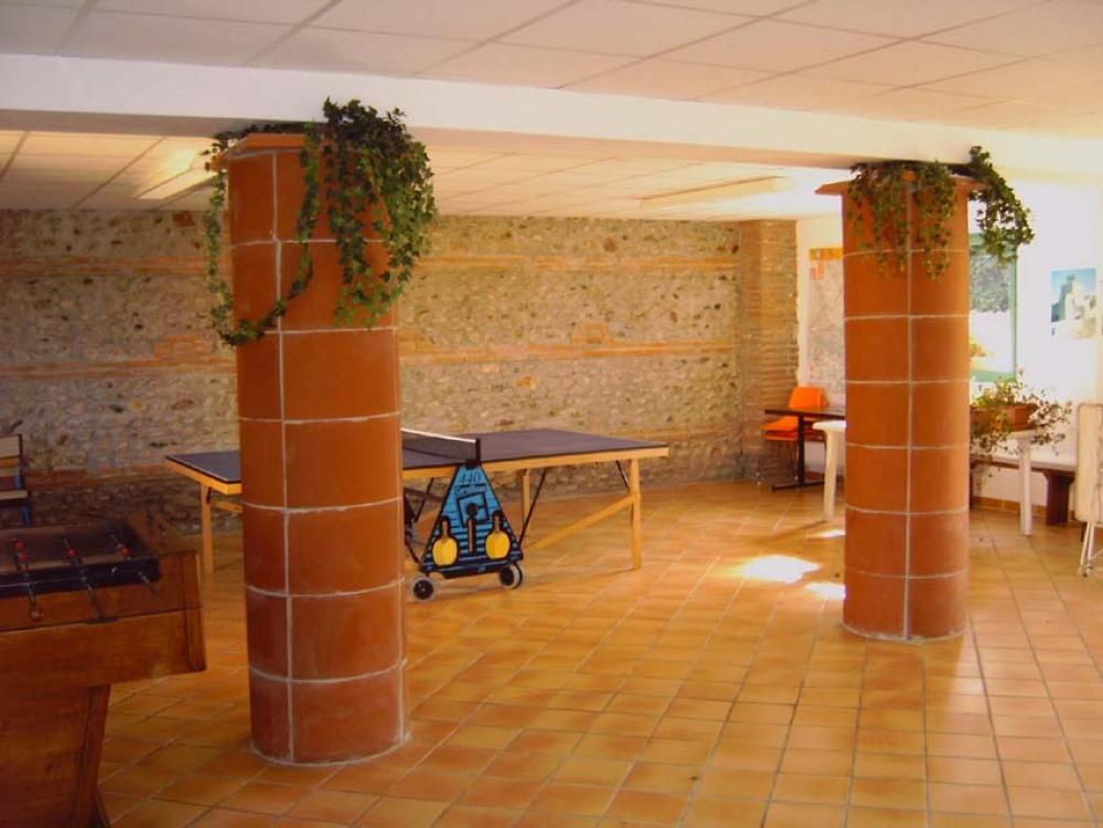 salle de jeux avec ping-pong et baby foot