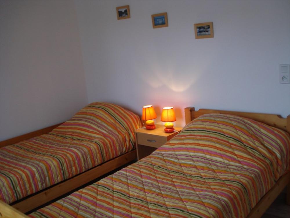 chambre avec 2 lits 90