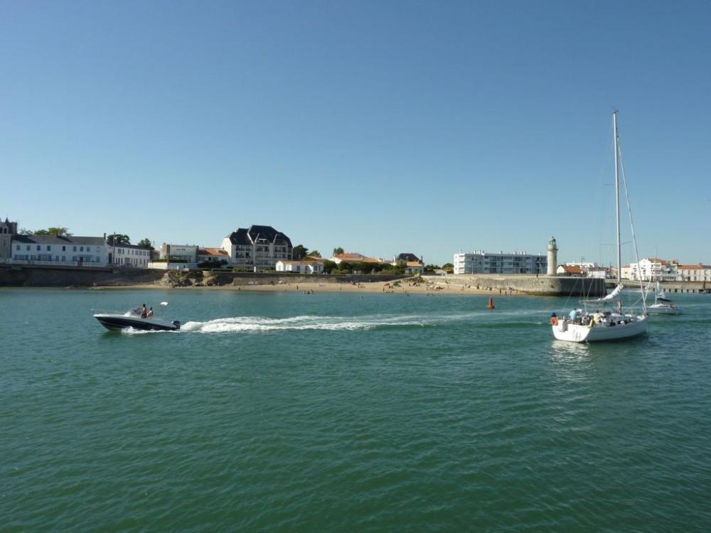 Appartement à gauche, la petite plage, la tour Josephine, jardin et aire de jeu