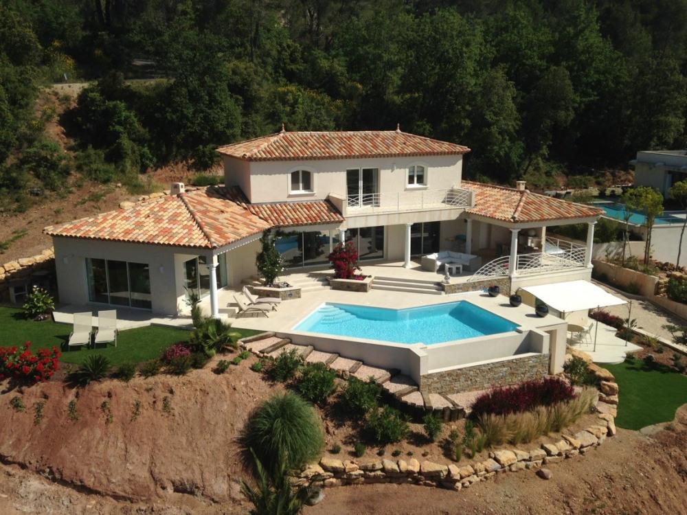 la villa et le studio en contrebas à droite