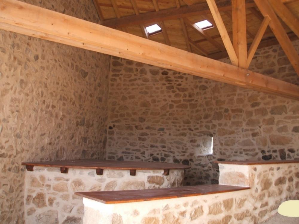 espace table (arrière du four à pain rénové à la chaux) entrée pour l 'apérit...