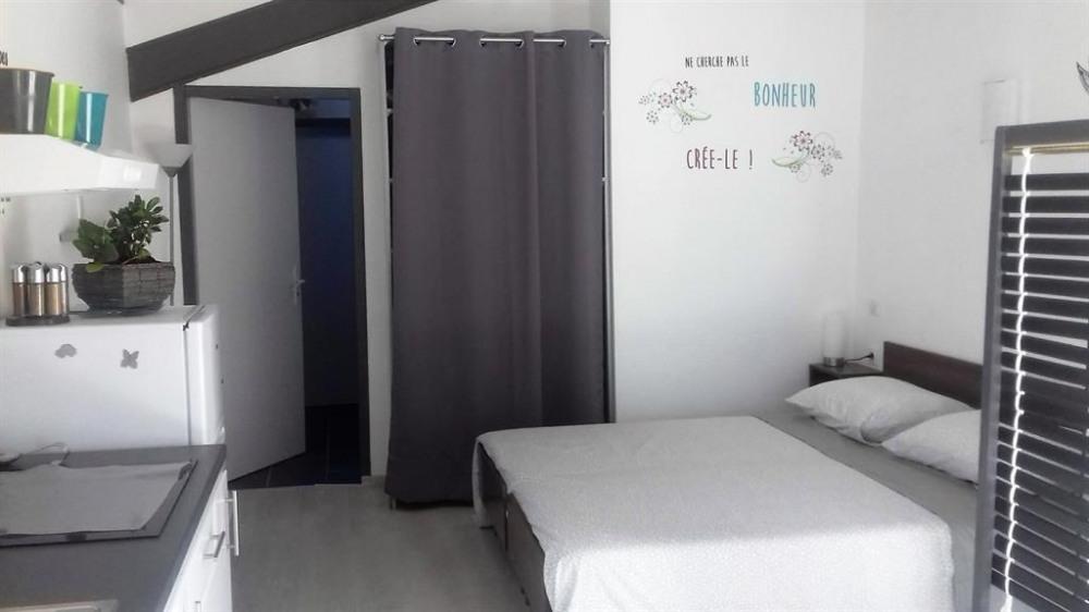 Le coin salon et chambre avec un  lit adaptable de