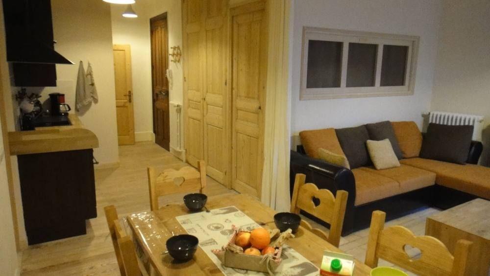 Derrière le canapé, la cabine avec 3 lits superposés, avec fenêtre lumineuse