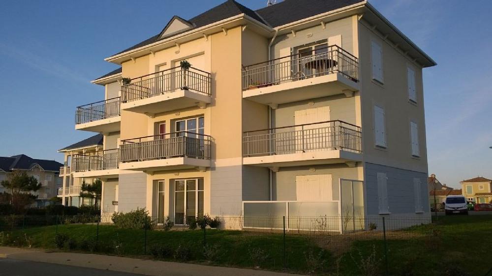 appartement du milieu rez de chaussée une petite haie isole la terrasse