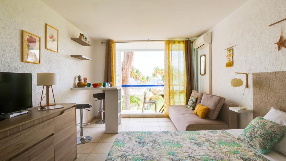 Pièce principale (lit, canapé-lit et coin repas) donnant sur un balcon avec vue