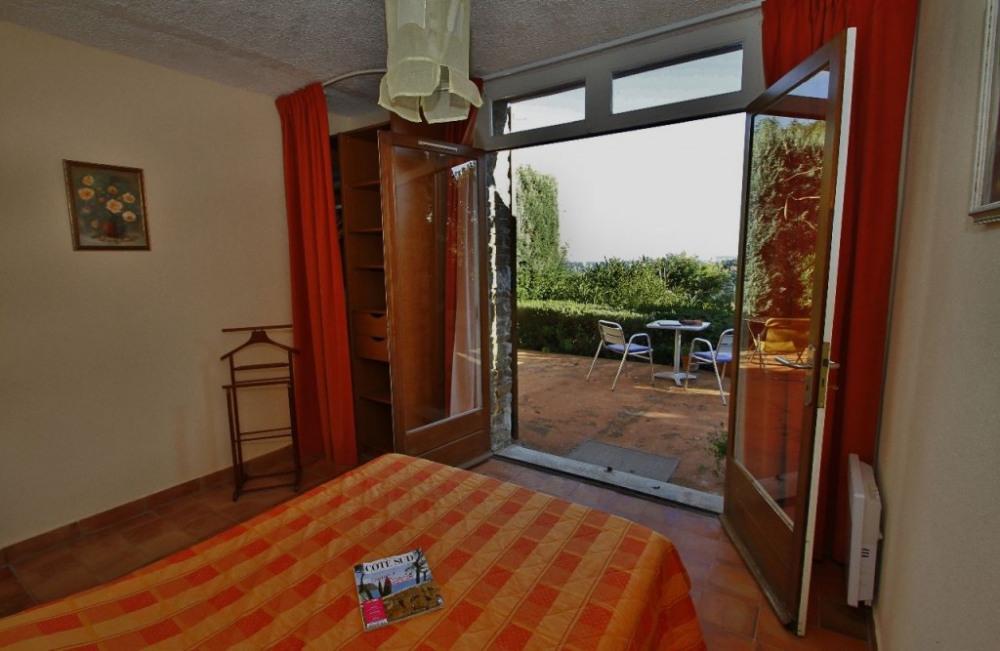 Chacune des 3 chambres donne sur une terrasse avec vue mer.