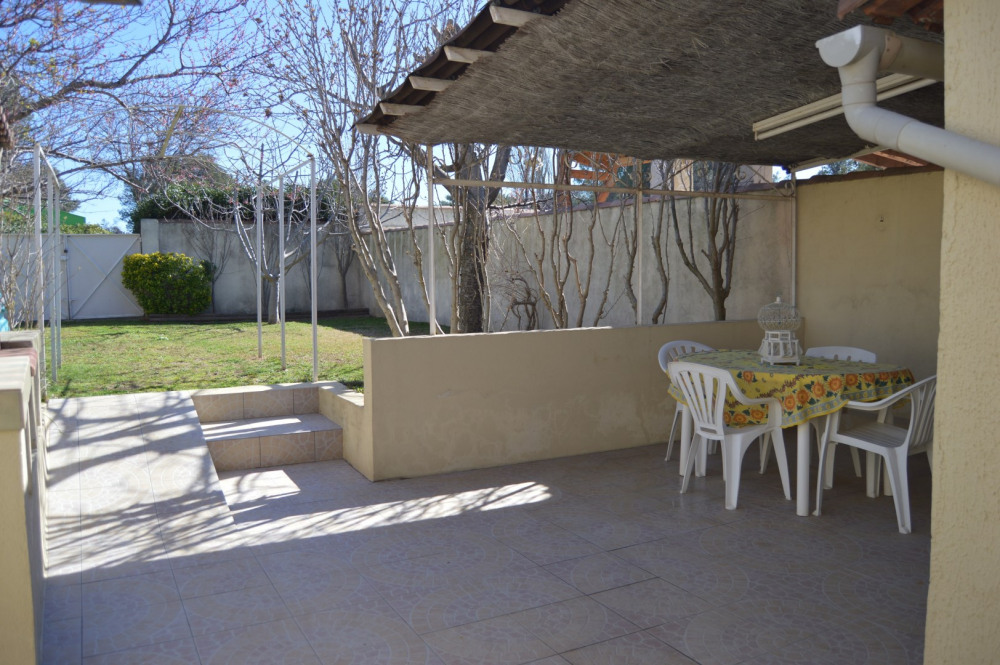 Terrasse abritée et barbecue