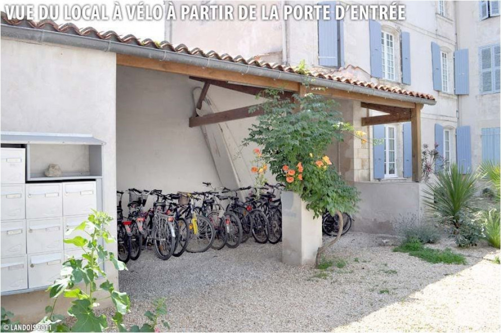 Le local à vélo est protégé dans la cour intérieure