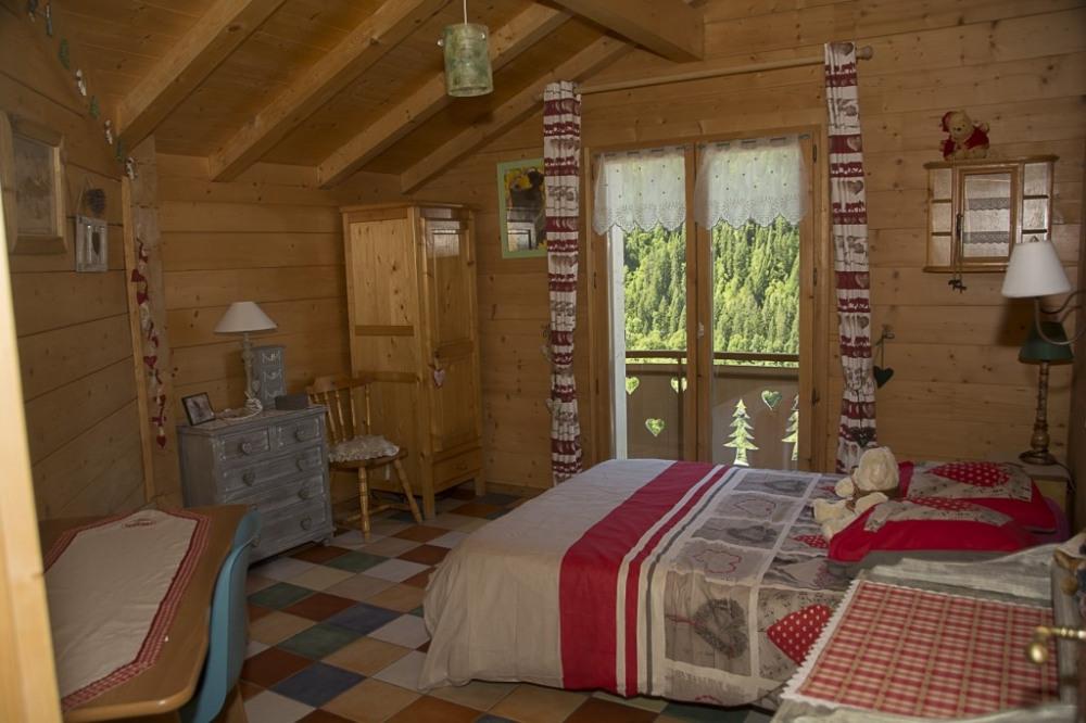 chambre a l`étage avec lit double