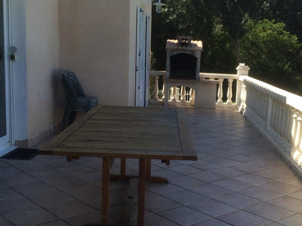 balcon avec table en teck de 3 m et un barbecue