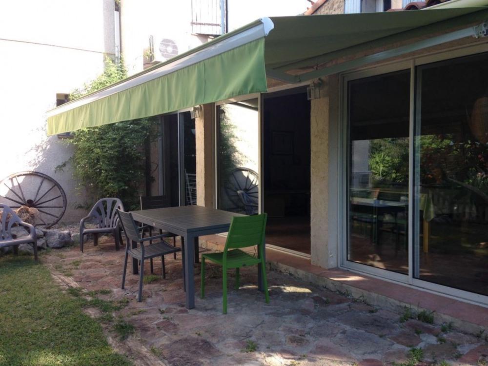 Terrasse avec store automatique et salon de jardin ( table,chaises, fauteuils )