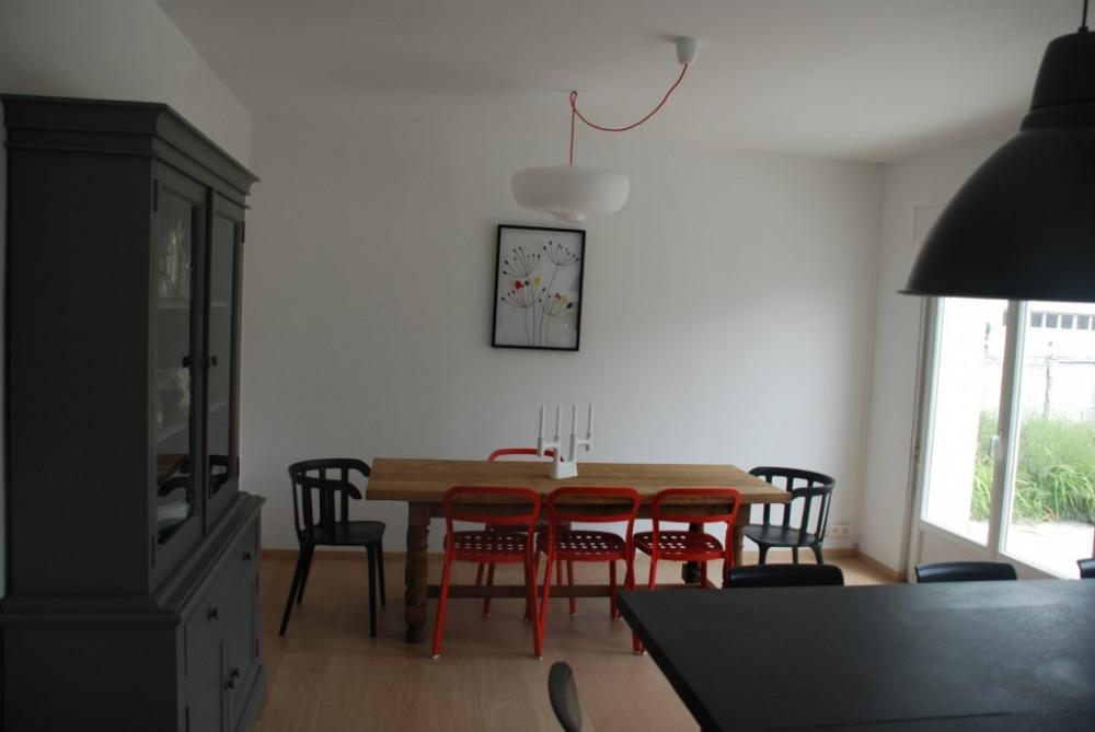 La salle à manger vue du coin cuisine