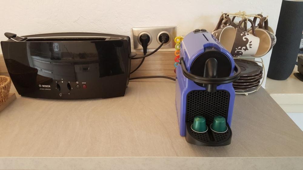 La machine à café nespresso et la grille pain