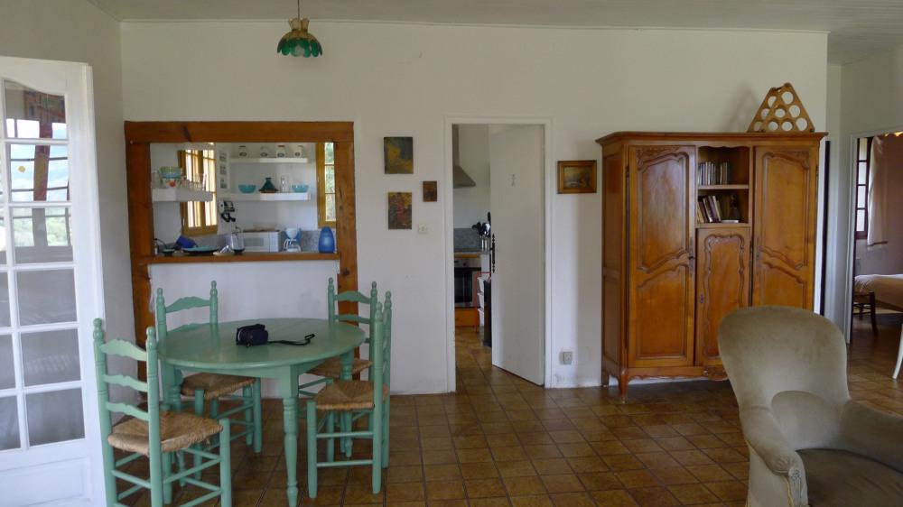 Salle à manger avec comptoir depuis la cuisine