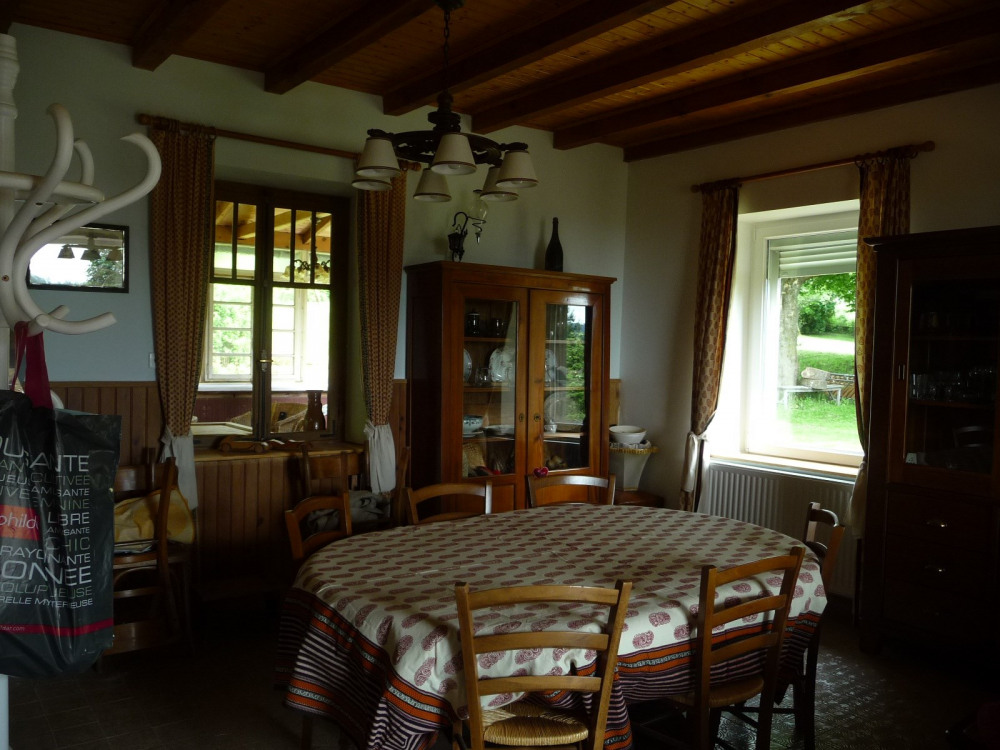 Salle à manger, table pour 6 à 8 personnes