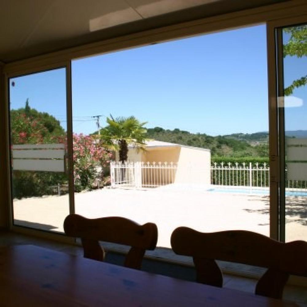 Véranda, vue sur terrasse et piscine