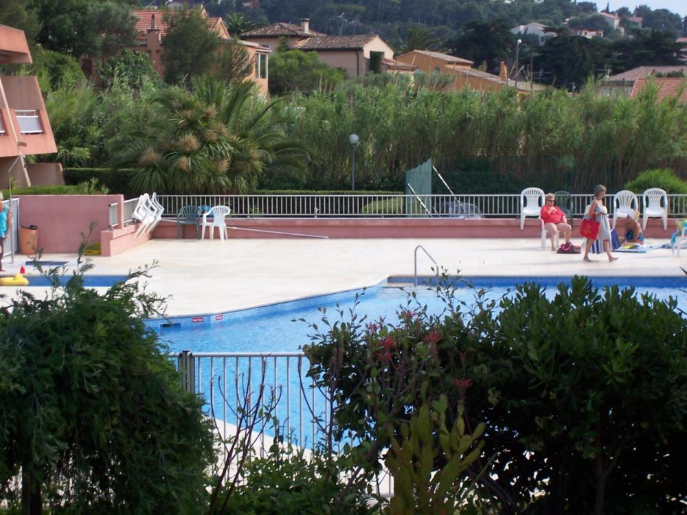 Dans une belle résidence, piscine, tennis, 200m de la mer nous louons un studio climatisé avec terrasse et parking