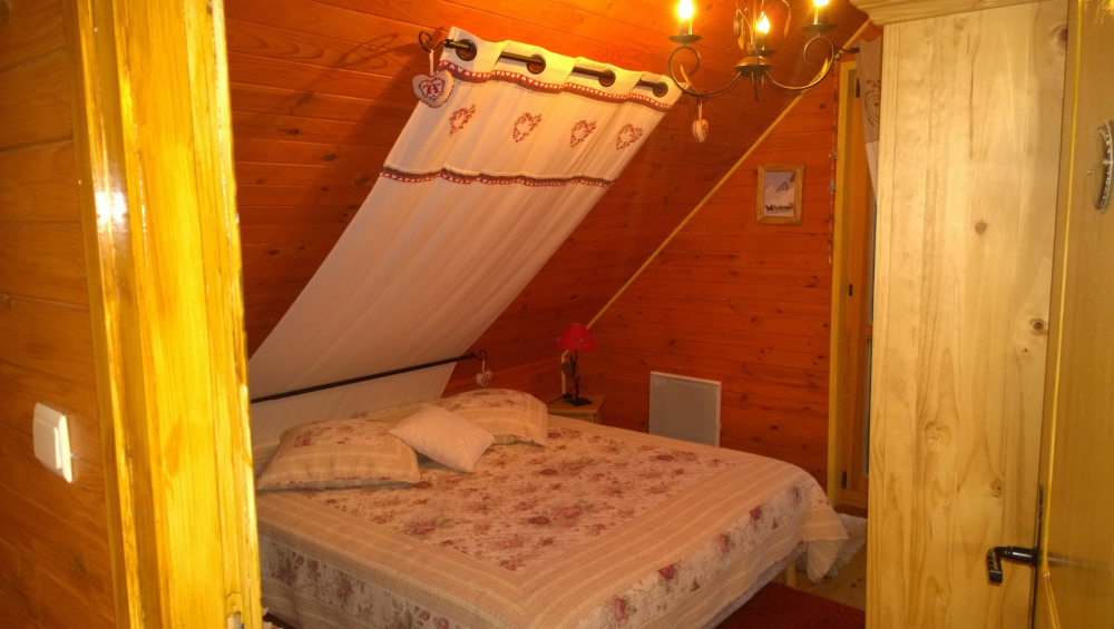 Chambre 1: à  l'étage lit 160x190 + armoire ,commode et chevet + déco