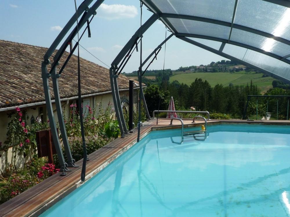 La piscine avec sa couverture amovible