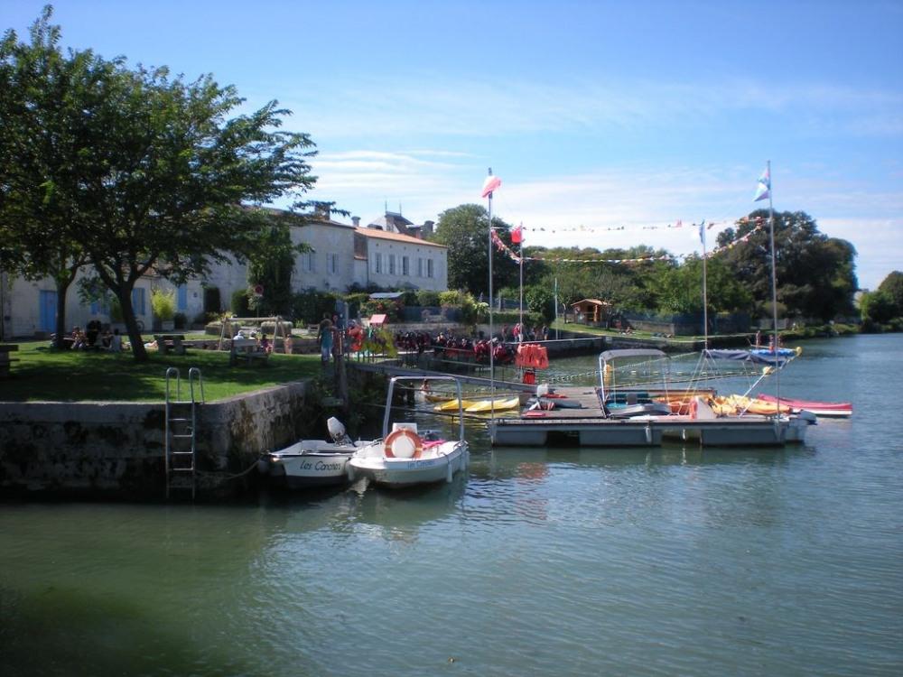baignade et location canoé ,bateaux électriques , pédalos
