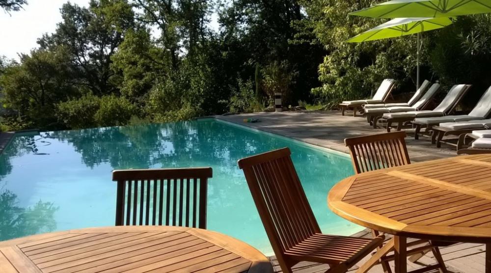 la piscine à débordement et sa cuisine d'été