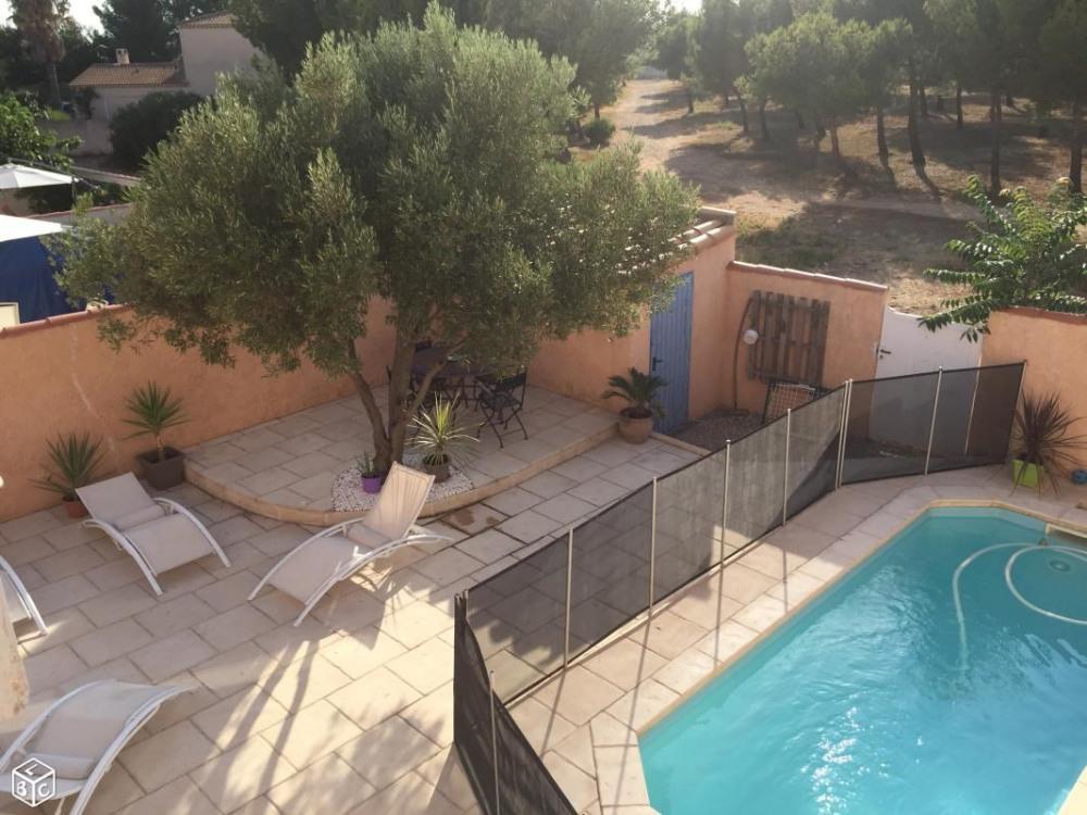 Vue sur la piscine et la pinède