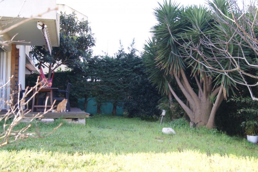 Jardin en forme de L. Terrasse de 20m2