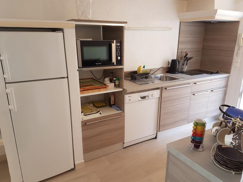 la cuisine et son frigo/congélateur