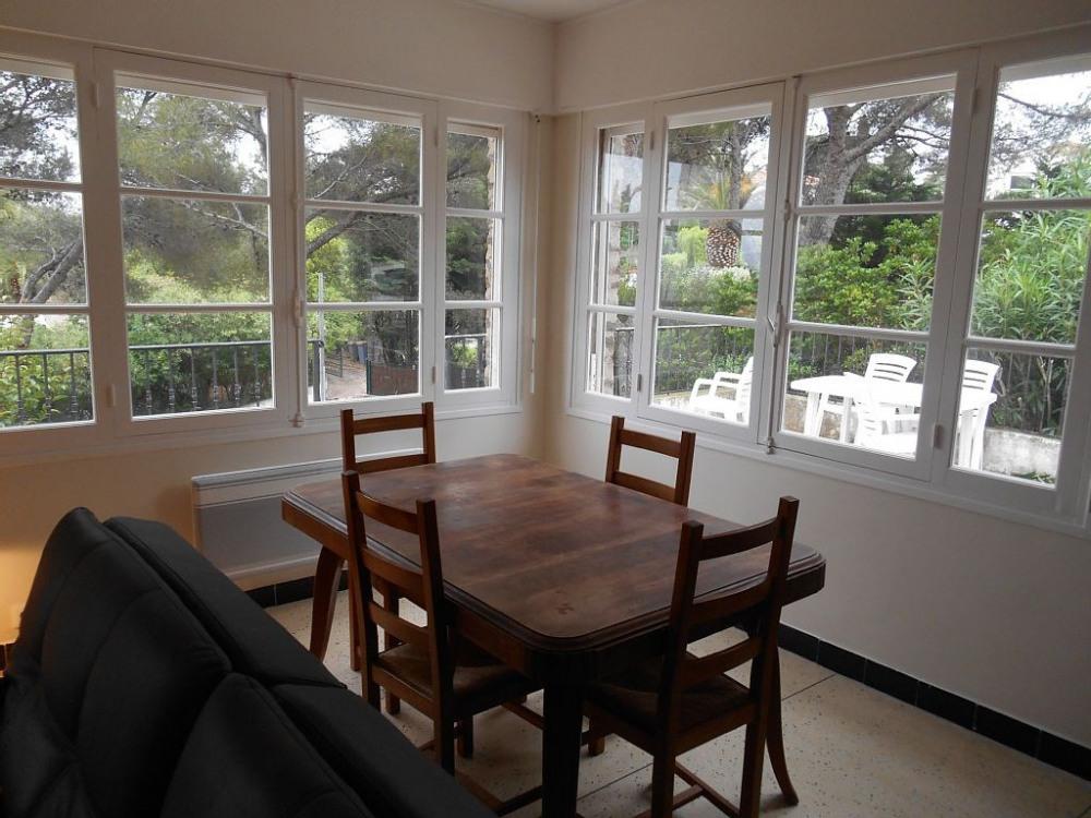 Côté salle à manger, la table avec ses rallonges peut vous accueillir à 12