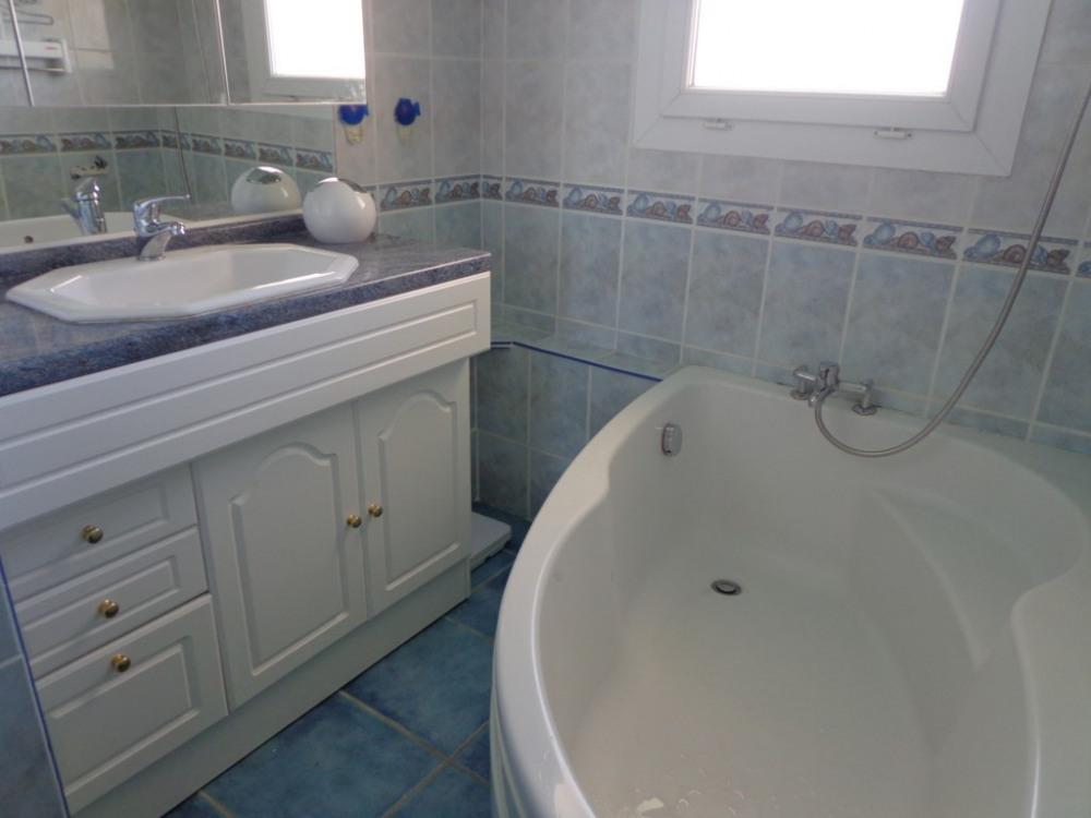 Salle de bain avec WC séparé
